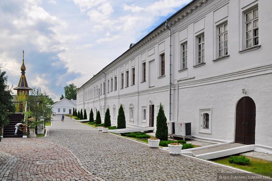 20. Территория кремля облагорожена, аккуратные растения, чистые дорожки.