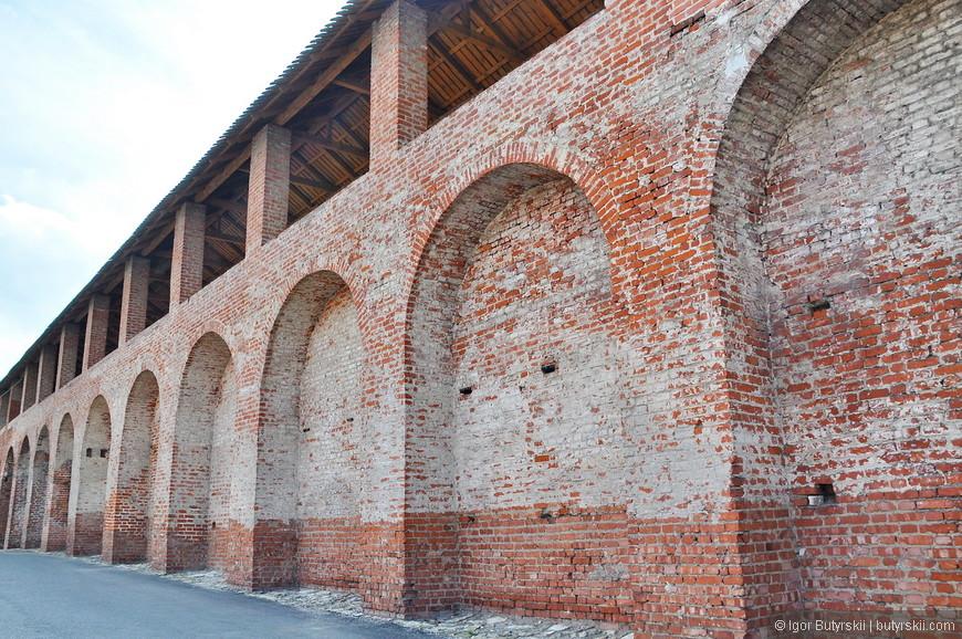 35. Всегда было интересно – зачем люди берут с собой кирпичи исторических зданий (не факт что тут брали, но кирпичей не хватает).