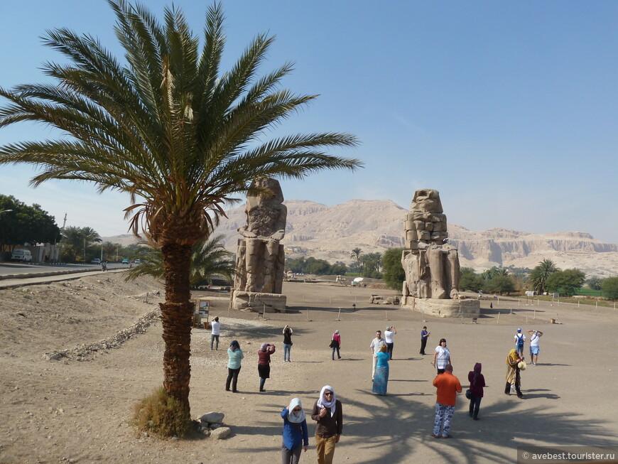 Колоссы Ме́мнона (в действительности — Аменхотепа III) (местное арабское название el-Colossat, или es-Salamat) это две массивные каменные статуи фараона Аменхотепа III. Последние 3400 лет они простояли в некрополе города Фивы, по другую сторону реки Нил от современного города Луксор.  Две статуи изображают сидящего Аменхотепа III (ок. XIV столетия до н. э.). Его руки положены на колени, а взгляд обращён на восток к реке и восходящему солнцу. Две меньшие фигуры вырезаны на передней части трона вдоль его ног. Это его жена Тия и мать Мутемуйя. Боковые панели отображают бога Нила Хапи.  Статуи сделаны из блоков кварцитного песчаника, которые были добыты из каменоломни в Джебель-эль-Ахмаре (неподалёку от современного Каира) и транспортированы на 670 км по земле без использования Нила (они были слишком тяжелы для переправки вверх по реке). Блоки, использованные инженерами Септимия Севера для реконструкции северного колосса, могли быть привезены из Эдфу (на север от Асуана). С учётом каменных платформ, на которых стоят статуи, они достигают 18 метров в высоту. Вес каждой статуи оценивается в 700 тонн.
