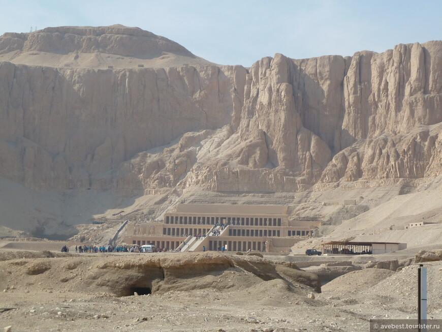 Храм царицы Хатшепсут расположен у самого подножия скал Дейр эль-Бахри. Комплекс храм царицы Хатшепсут значительно отличается от храмов других египетских владык. Его архитектура и расположение были так же необычны, как и само появление на исторической арене женщины-фараона.