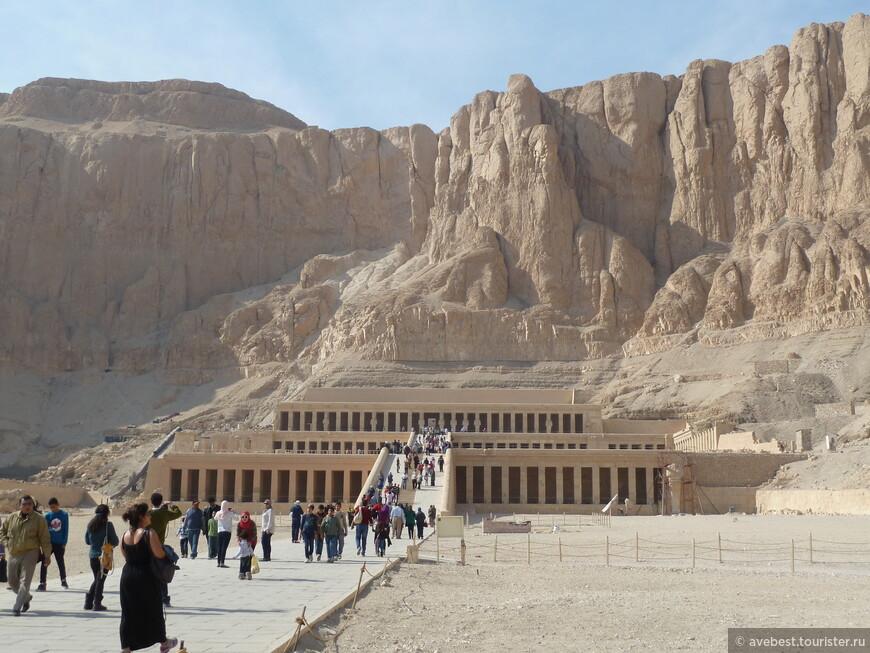 """Насколько была необычна женщина-фараон, настолько же необычен ее заупокойный комплекс, и, прежде всего, его расположение и архитектура. Прежде всего, Джесер джесеру, """"священнейший из священных"""" - так Хатшепсут назвала свой храм, - находится в большом отдалении от построек других правителей, в самой глуби фиванского некрополя. Тем не менее, Хатшепсут не нарушала установленных традиций, - на самой границе пустыни и орошаемой земли был возведен гигантский пилон, от которого шла процессионная дорога к самому храму."""