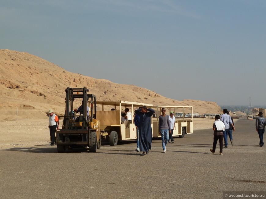 Автопогрузчик бесплатно доставляет туристов к храму и обратно.