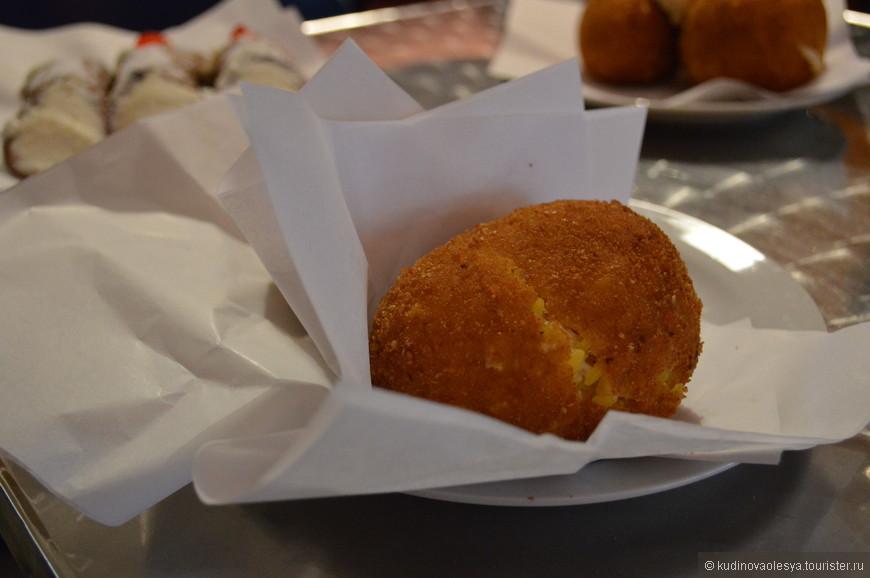 Arancini di riso – шары из отварного риса, фаршированные мясом, сыром или зеленым горошком и грибами, жареные в оливковом масле.