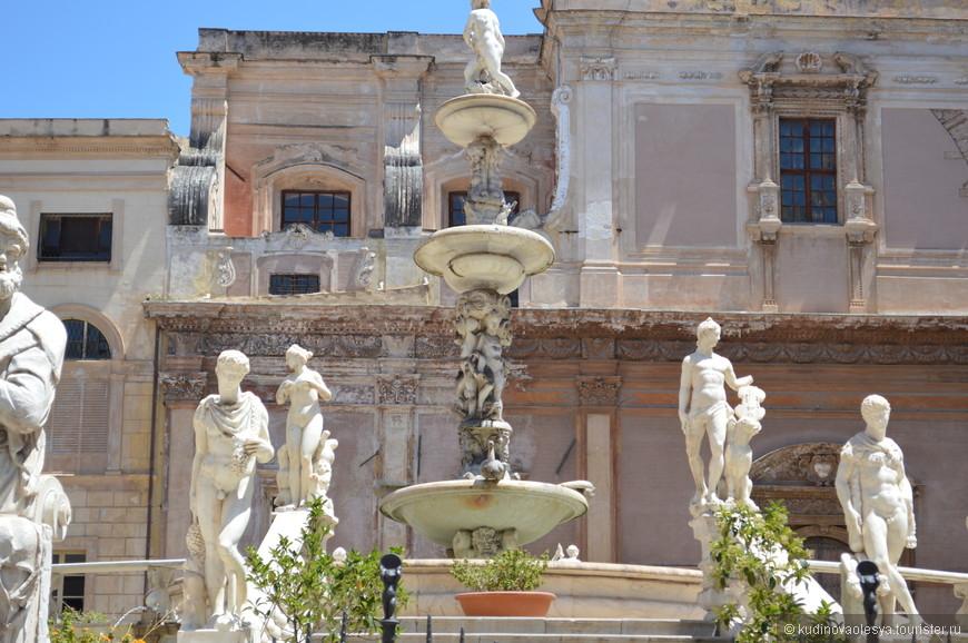 Пьяцца Претория - одна из красивейших площадей Палермо. С трех сторон Пьяцца Претория обрамлена памятниками архитектуры, выполненными в стиле барокко. Это церкви Санта-Катарины и Сан-Джузеппе-деи-Театини, Палаццо Преторио. Центральную часть площади занимает монументальный фонтан.