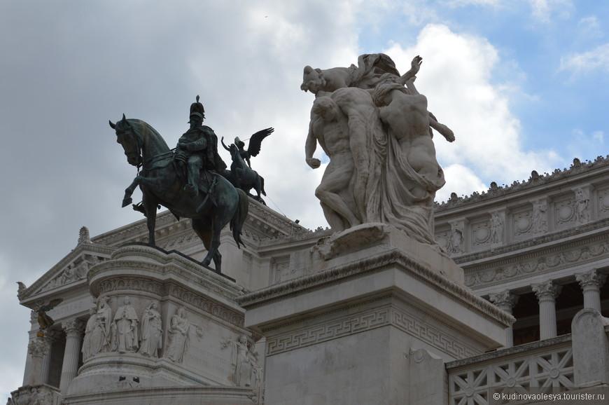 Площадь Венеции – одна из самых знаменитых площадей Рима, расположенная у подножия Капитолийского холма. Название площади происходит от одноименного дворца – Палаццо Венеция, где когда-то располагалось представительство Венецианской республики в Риме, а сейчас находится музей и библиотека археологии.