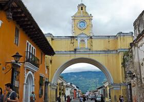 Изначально основанный в 1524 году (через 20 лет город перенесли на современное место), Антигуа за 100 лет превратился в один из крупнейших городов Центральной Америки, соревнуясь в своем блеске и красоте с Мехико и Лимой. На фото: визитная карточка Антигуа Арка Санта-Каталина (Arco de Santa Catalina)