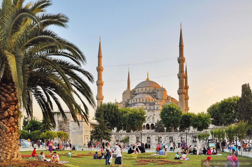 01. Мечеть Султанахмет (Голубая Мечеть) это основная достопримечательность Стамбула, древняя 6-ти минаретная мечеть. Не буду заострять на ней внимание, про нее и так написано всеми. Площадь перед Султанахмет всегда наполнена людьми, отсюда отъезжают Биг Басы.