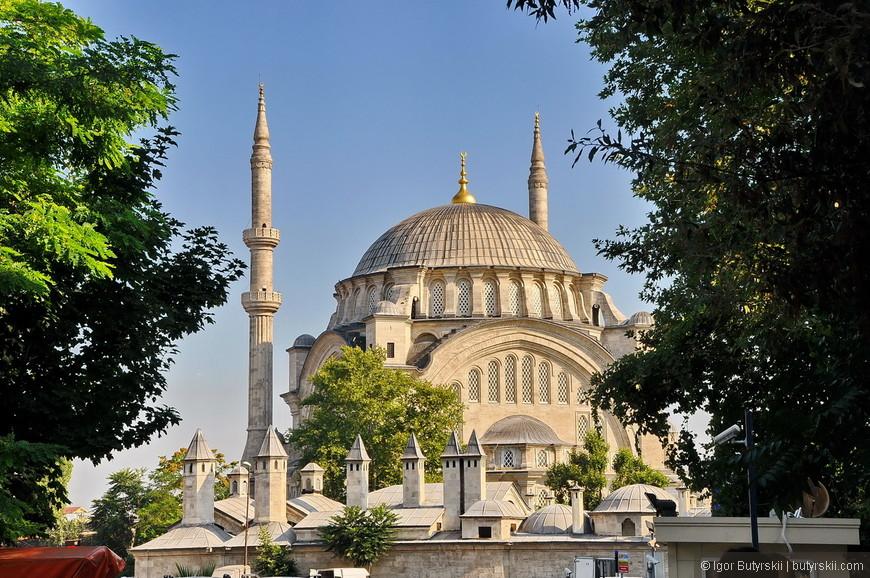 06. Вокруг района Султанахмет располагается сотни отелей и ресторанов, туристам можно из него даже не выезжать…