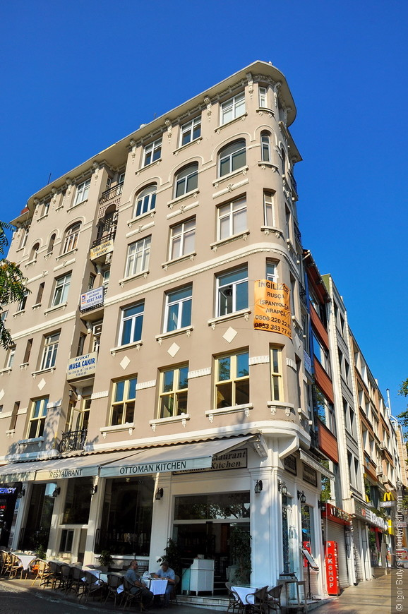 09. Встречаются очень интересные здания, вот, например, здание – утюг.