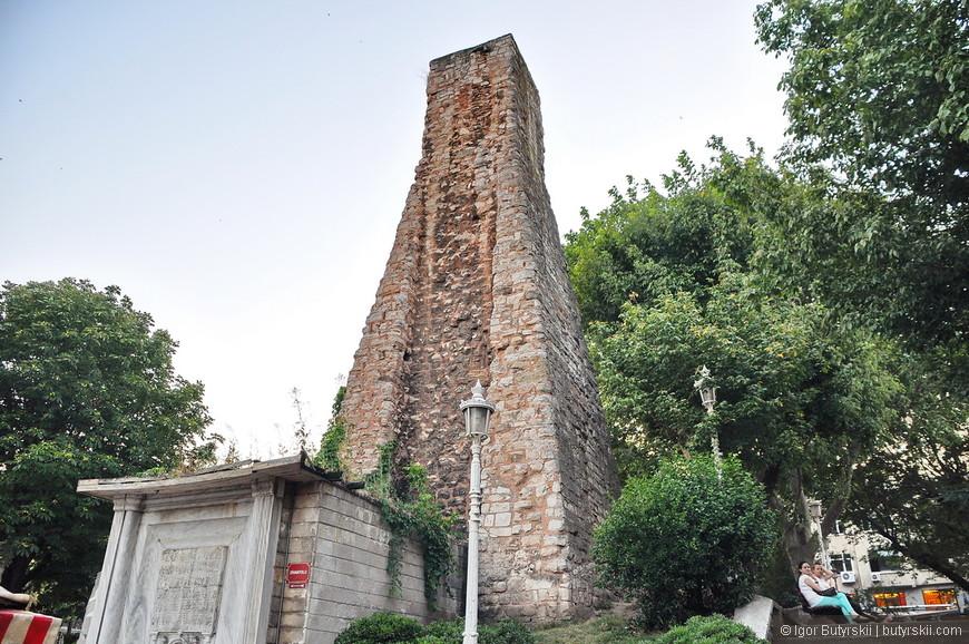 10. Обелиск возле входа в Цистерну Базилика.