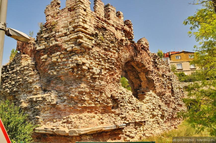 13. Во многих городах мира такие древние развалины стали бы главным достоянием, но в Стамбуле очень много древностей и на всех не хватает сил.