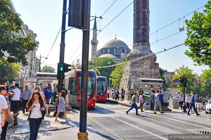24. Вот такое соседство в городе вполне нормально, древний исторический обелиск и новые современные трамваи.