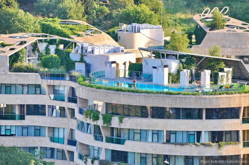 26. Чуть поодаль от центра города строят новые дома уже в современном стиле, с бассейнами на крышах.