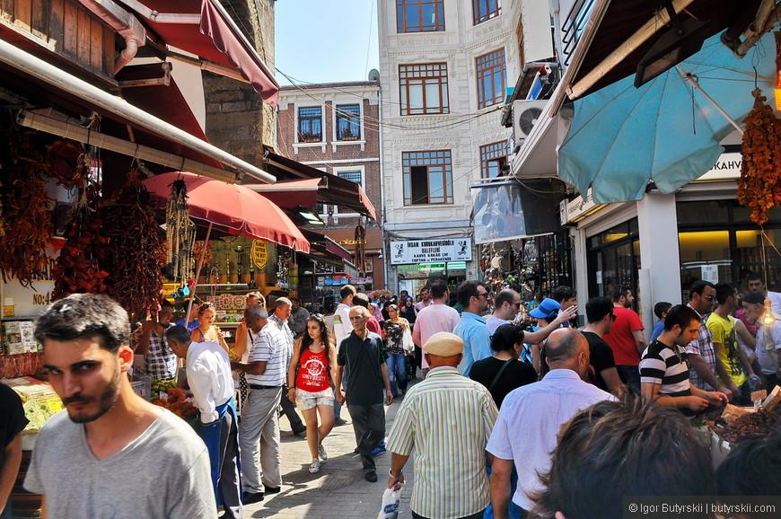33. В центре каждая вторая улочка – торговая, а каждая первая – ресторанная. В Стамбуле нет проблем с тем, где покушать и где купить сувениры.
