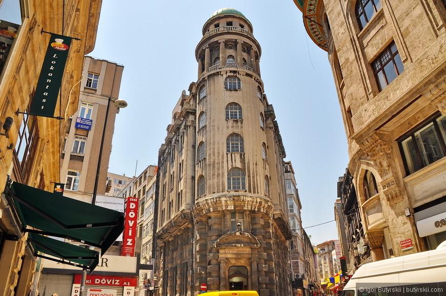 35. Строительство велось многими веками и город застроен очень плотно, зданиях разных эпох. При прогулках рекомендую брать с собой навигаторы.