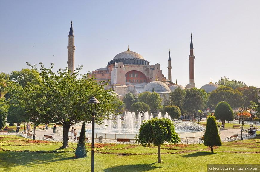 38. Если прийти на площадь перед Голубой мечетью рано утром, то можно почти не встретить толп туристов и сделать хорошие фотографии.