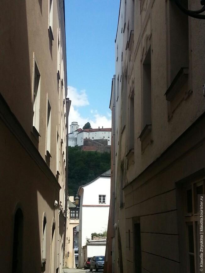 Все средневековые улочки упираются одним краем в гору, вторым -- в набережную Дуная.