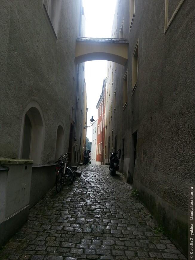 Вид через переулок Хелльгассе.