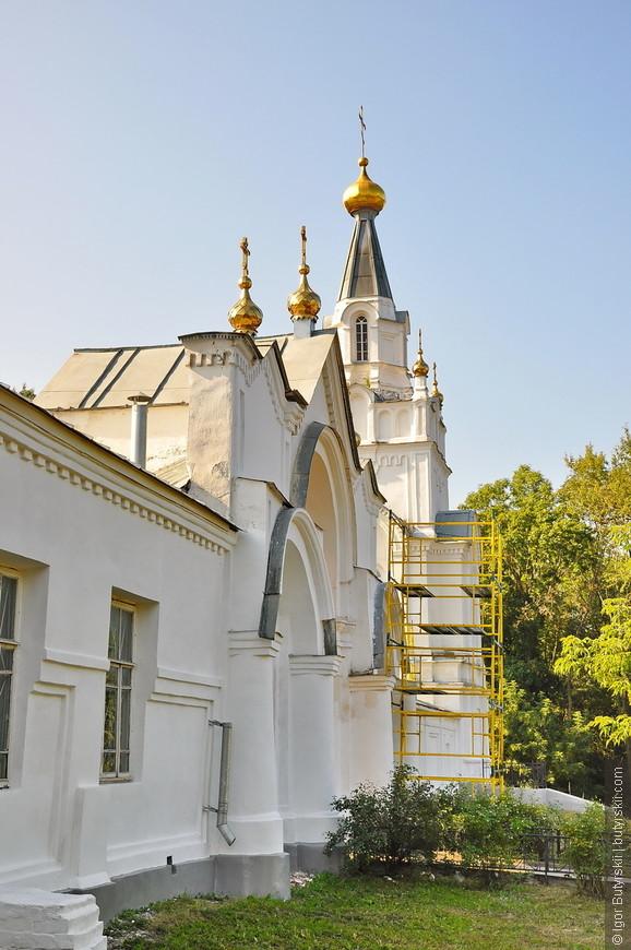 07. Монастырь был окружен оградой с тремя башнями и воротами в псевдорусском стиле (1811-1819); до нашего времени сохранился лишь северо-восточный участок стены и одна угловая башня.