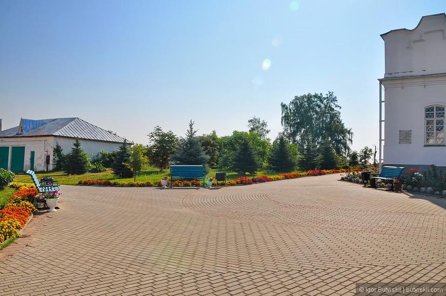 11. Очень милая территория монастыря – чистенько, аккуратно, зелено.