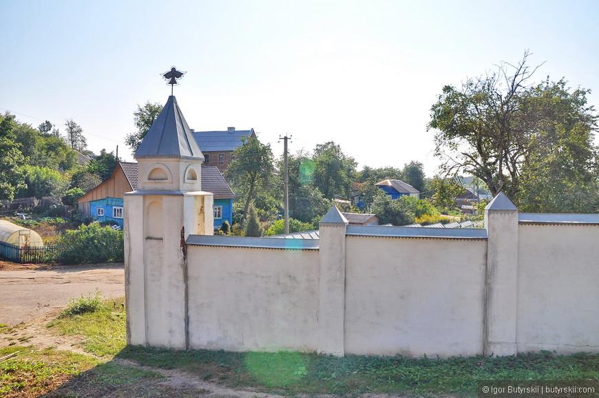 13. Стены монастыря маловероятно, что могли кого-либо сдержать, наверно задумывались просто как забор.