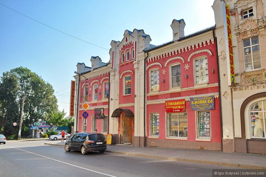 14. В самом городе тоже встречаются неплохие здания, немного испорчены рекламой, но Рославль всё же не туристический город.