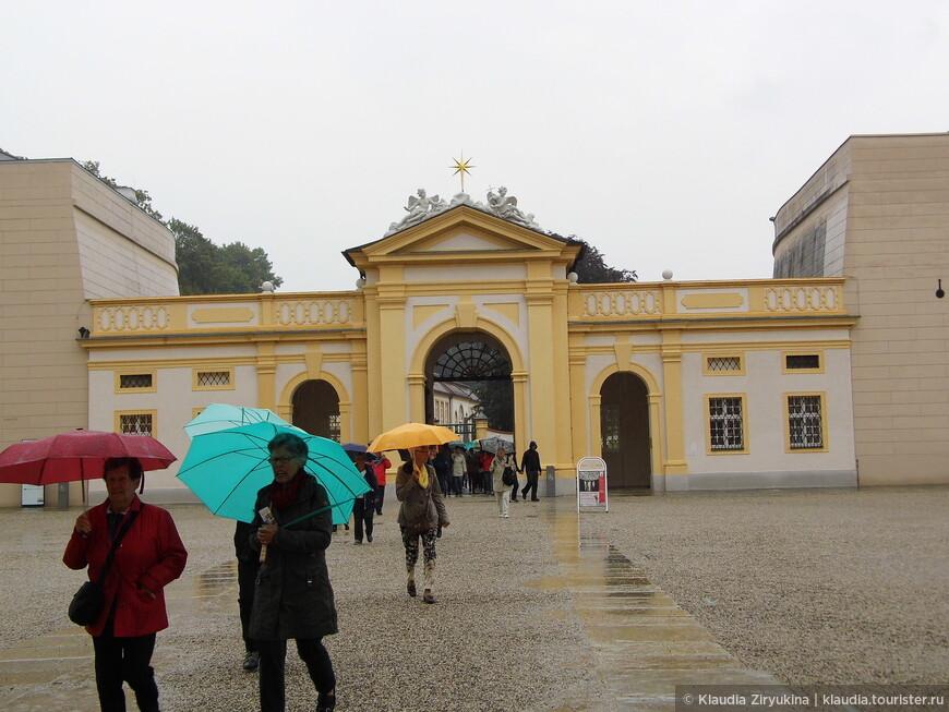 Звезда над въездными воротами принадлежит к гербу аббата Бертольда Дитмайера.