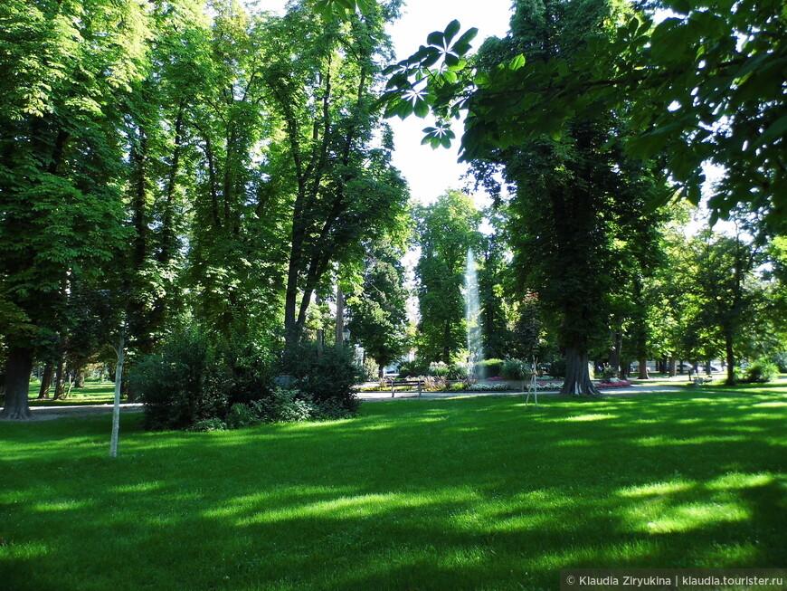 В центре города, недалеко от причала. отличный парк.