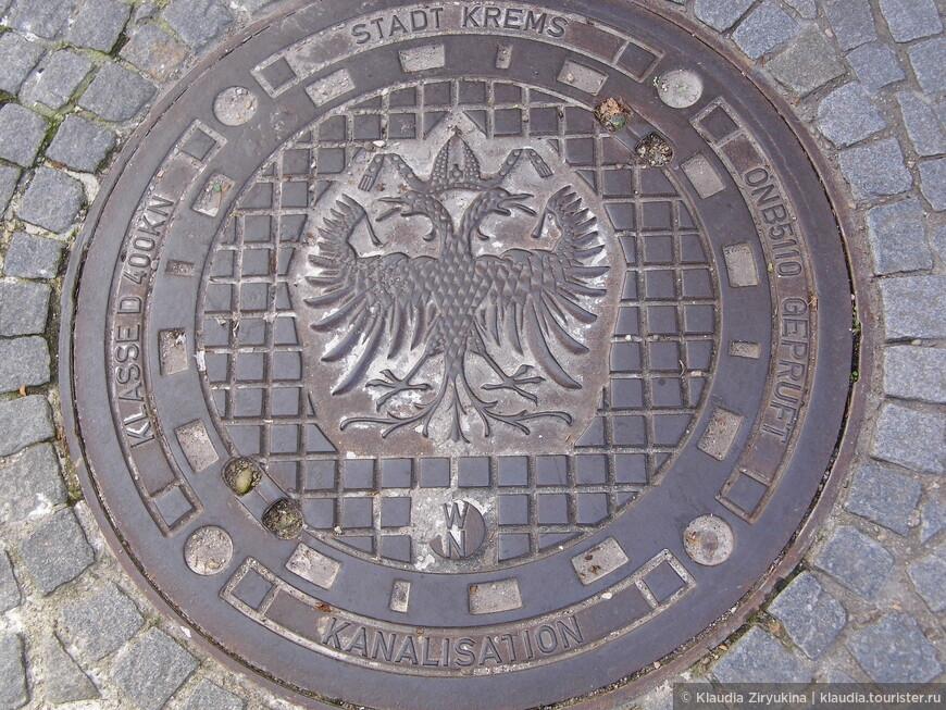 Обязательный в Австрии Габсбургский двуглавый орел, даже на канализационных люках.