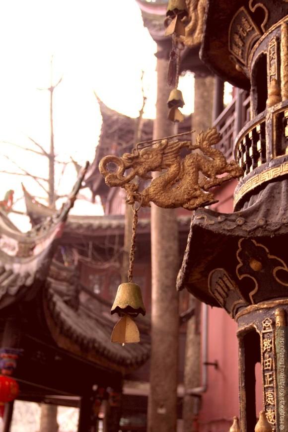 китайский дракон с колокольчиком на курильнице для благовоний