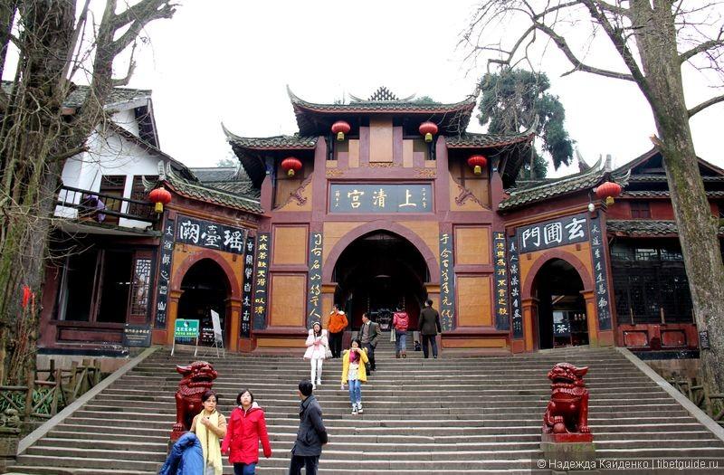 один из самых главных храмов на горе Цинчэншань - Шанцингун