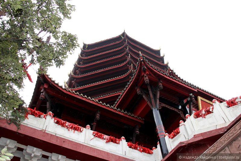 Девятиэтажный храм на самой вершине горы Цинчэншань