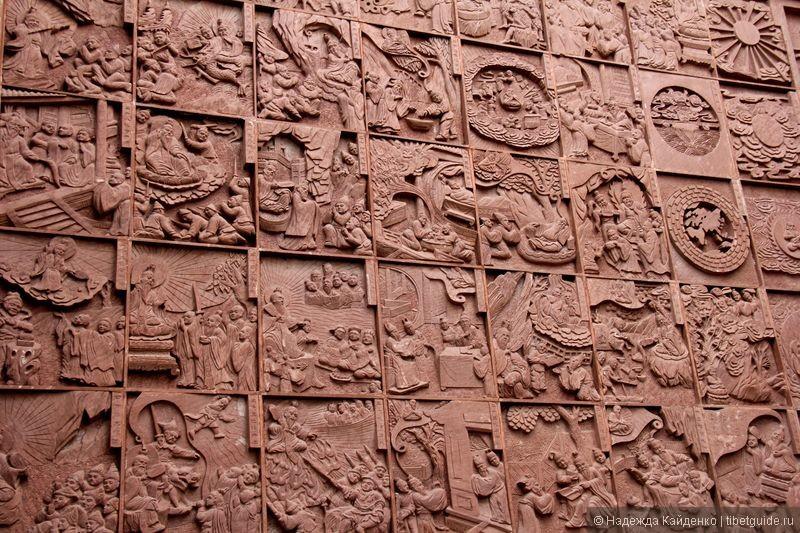 стена, описывающая историю даосизма.. даосизм, как учение, был основан во 2 веке нашей эры