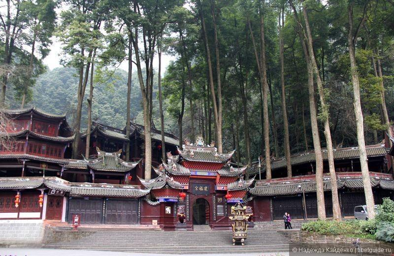 храм богатства, один из первых на пути к горе Цинчэншань
