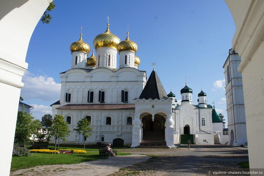 Композиционный центр монастыря — монументальный пятиглавый Троицкий собор.