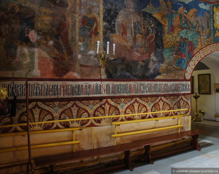 В церкви два придела – в честь святого Николая и в честь Феодоровской иконы Божией матери.