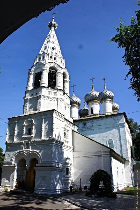 Церковь Иоанна Богослова была построена в1681-1687 году в Ипатьевской слободе. До этого здесь стояли две деревянные - Богословская церковь и Никольская. Деревянные церкви сгорели и на пожертвования прихожан, и монастырские средства возвели новую каменную церковь. Ее назвали в честь Иоанна Богослова.
