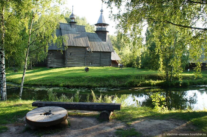 Это церковь Спаса Всемилостивого из села Фоминское, возведена между 1700 и 1725 годами.