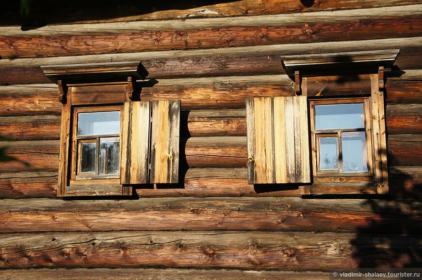 Деревянные ставни на окнах. Если обратиться к истории, то изначально ставни являлись исключительно функциональным элементом дома, который нёс на себе огромную практическую роль.