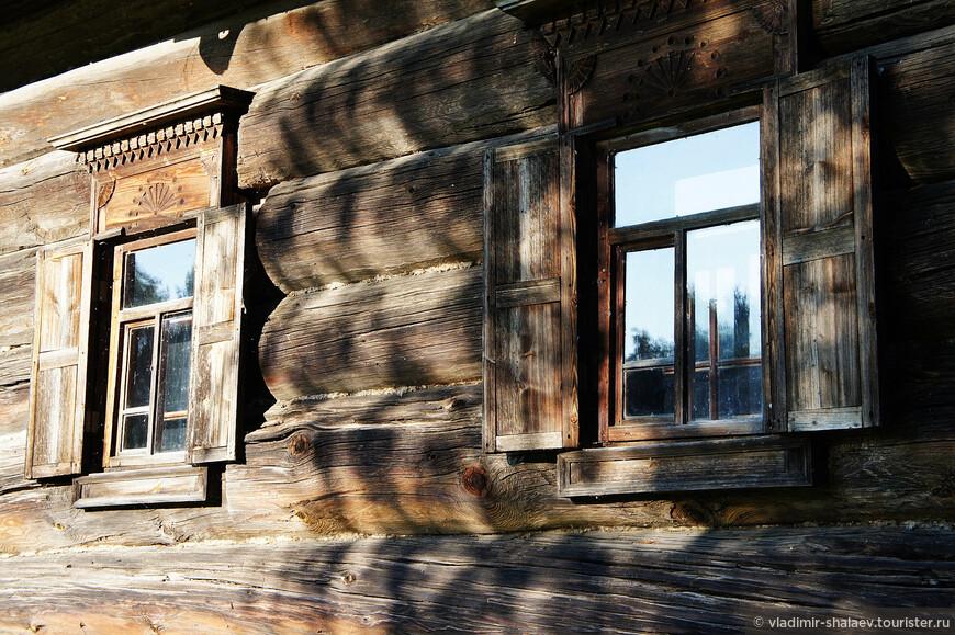 Ставни являлись защитой дома как от непогоды и низких температур в холодное время года или жары в знойный летний день, так и преградой от нежеланного проникновения посторонних.