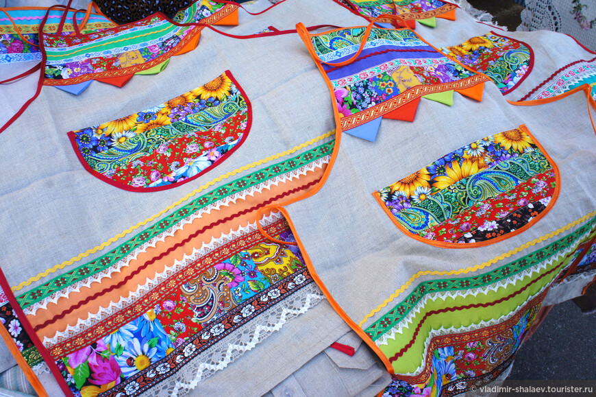 Кострома называет себя льняной столицей России и в торговых рядах близ монастыря можно приобрести в подарок  любую вещь из льна. Местные коробейники предложат традиционные изделия из льна, как например эти фартуки.