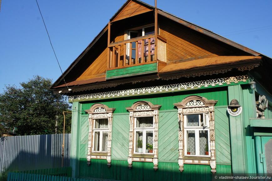 Очень красиво смотрятся дома с балкончиками.