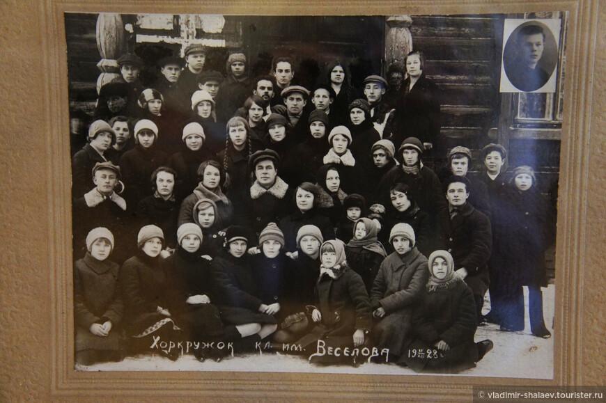 """Эта фотография 1928 года по своему уникальна. В то время все фотографии, на которых были лица """"врагов народа"""" безжалостно уничтожались. Тем не менее эта редкая фотография сохранилась, хотя на ней были лица """"врагов"""", но они тщательно заретушированы (верхний ряд)."""
