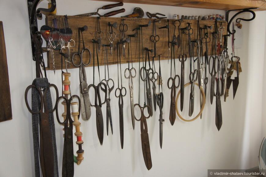 И настоящая гордость портного - коллекция ножниц.