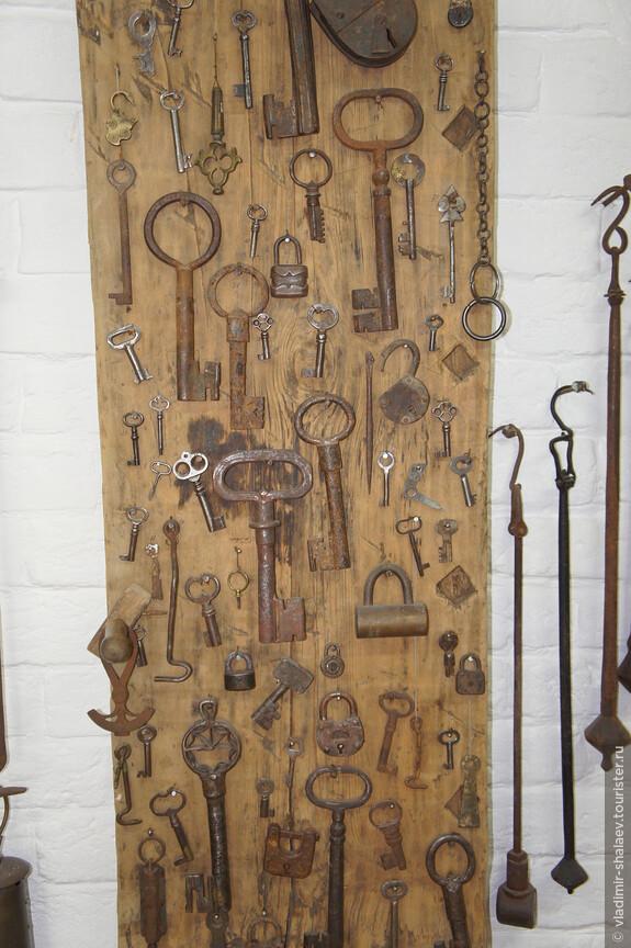 Коллекция старых замков и ключей.