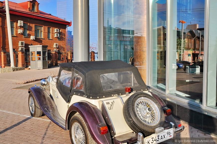 03. Возле входа в Высоцкий, был обнаружен интересный автомобиль.