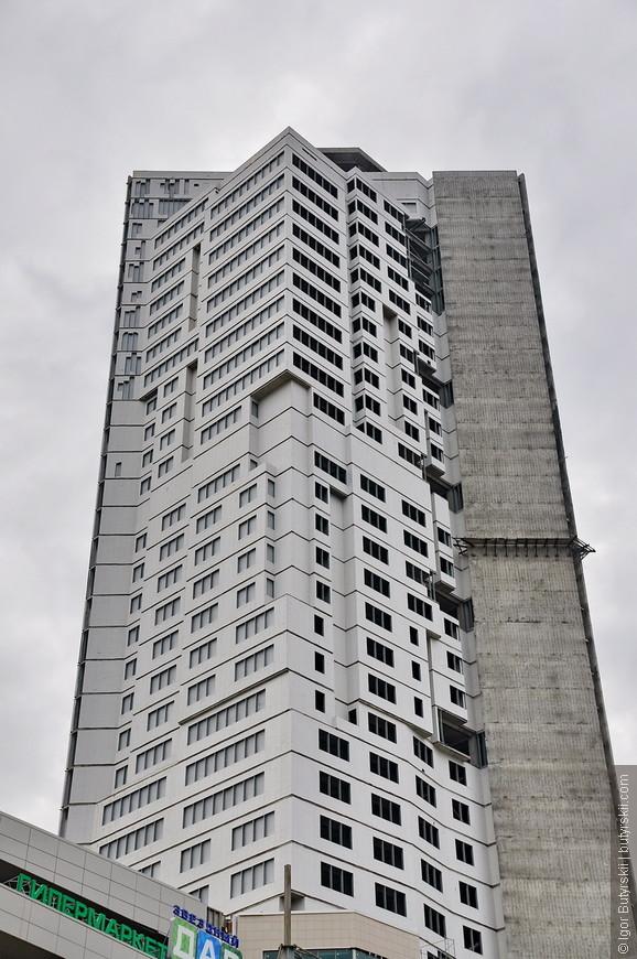 13. Здание высотой под 150 метров абсолютно не используется, интересная у нас страна…