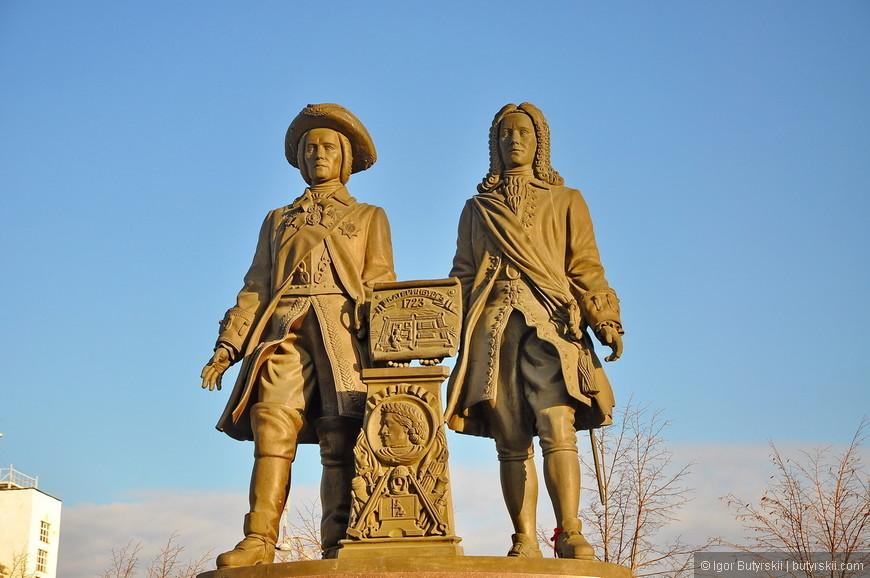 30. Памятник Татищеву и де Геннину. Памятник основателям города был установлен 14 августа 1998 г. и приурочен к 275-летию Екатеринбурга.
