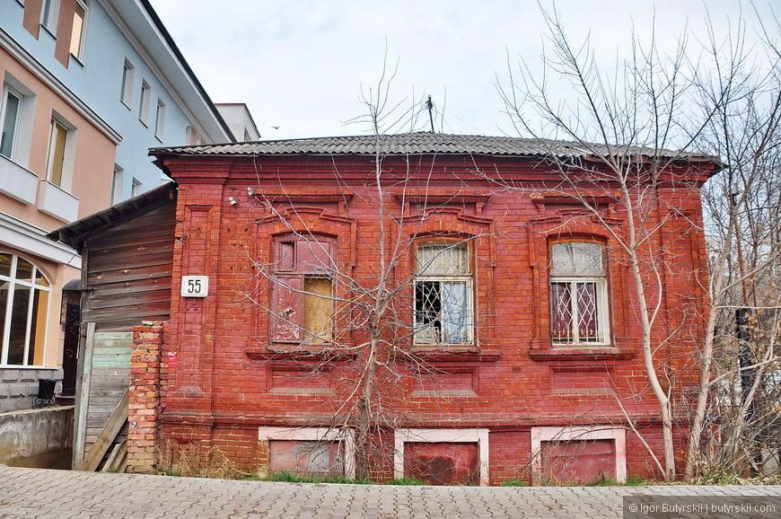 33. Что делать с такими строениями не понятно, оно конечно историческое, но из-за соседних построек просто «теряется», да и сам здание уже выглядит как землянка.