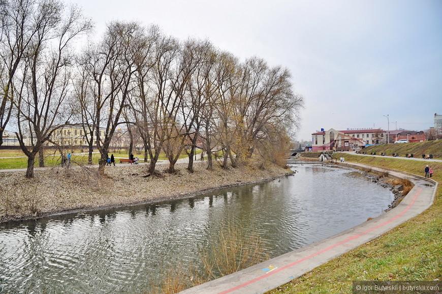35. Если отъехать от центра немного подальше, то река Исеть уже не такая широкая, а набережная не такая оборудованная.